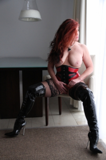 Lady in RedBlack Latex/ Nylons und Overknee-Stiefeln